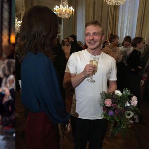 Till vänster en man med beige byxor och en blå jacka (Axels design). Till höger Axel på en fest. Han håller i blommor och ett glas mousserande vin.