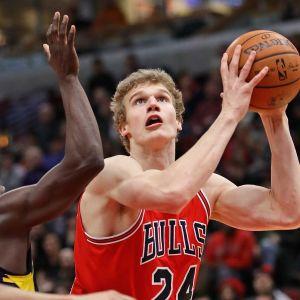 Chicagon Lauri Markkanen heittää yli Indianan Darren Collisonin.