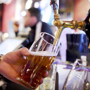 olutta kaadetaan baarissa
