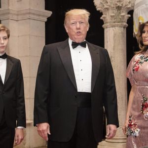 Donald ja Melania Trump poikansa Baronin kanssa uudenvuoden juhlissa Mar-a-Lagossa, Floridassa.
