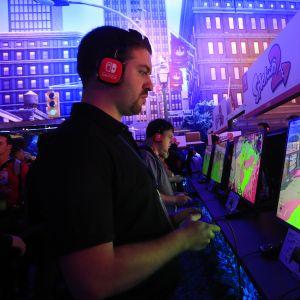 Mies pelaa videopeliä.