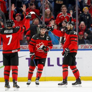 Kanadan pelaajat juhlivat kuvassa
