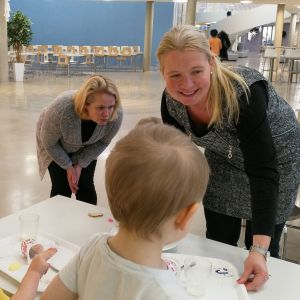 Marika Hautaniemi ja Sari Pajunpää korjaavat pois viimeisiä välipalatarjottimia Isokylän päiväkodissa, minne jonottaa 40 lasta.