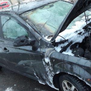 Tuhopoltossa palanut auto Lappeenrannan Skinnarilassa.