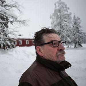 Jouko Kettunen Lahnasjärven kylällä.