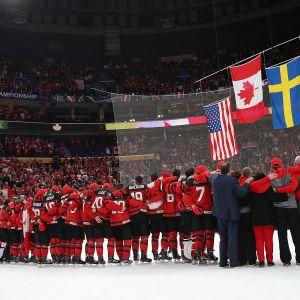 Liput nousevat kattoon, Kanadan pelaajat seuraavat jäällä.