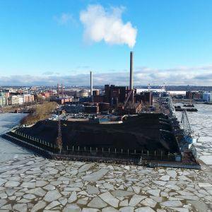 Hanasaaren voimalaitos ja hiilikasa Helsingissä.