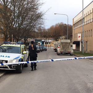 Poliiseja Vårby Gårdin metroaseman läheisyydessä.