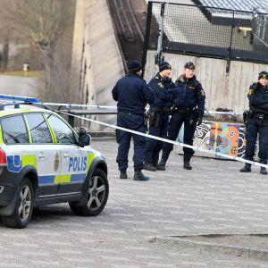 Poliisit tutkivat räjähdyspaikkaa Vårby Gårdin metroaseman läheisyydessä.