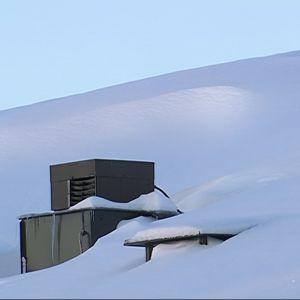 Tavanomaista suurempi lumimäärä Lapissa voi näkyä myös katoilla.