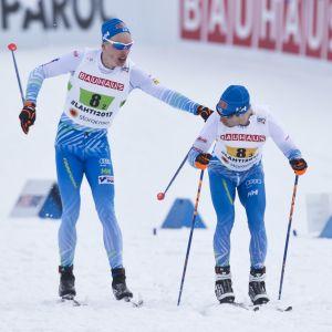 Iivo Niskanen ja Lari Lehtonen Lahden MM-hiihtojen viestissä.