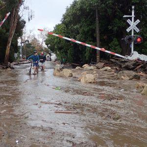 Mudan ja veden peittämä tie Santa Barbarassa.