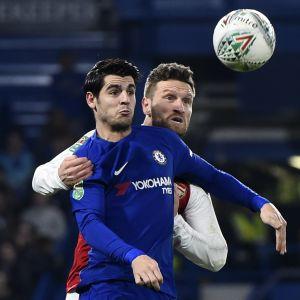 Alvaro Morata ja Shkodran Mustafi kamppailevat pallosta.