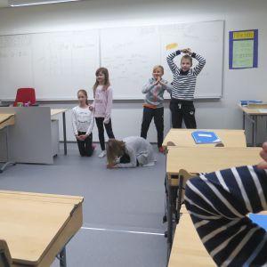 Opettaja ja oppilaat luokassa