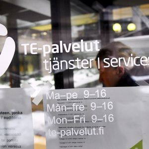 Työnhakija TE-toimistossa Helsingissä.