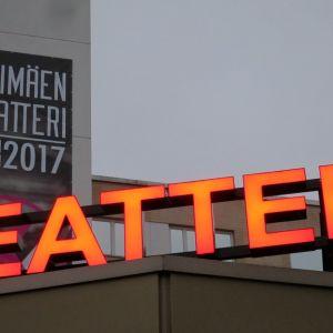 Riihimäen teatterin neonvalot katolla