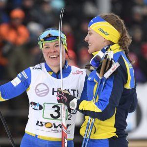 Ikaalisten Urheilijoiden Maaret Pajunoja ja Krista Pärmäkoski (vas.) voittivat naisten parisprintin finaalin maastohiihdon SM-kisoissa Vantaan Hakunilassa