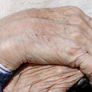 Vanhuksen kädet.