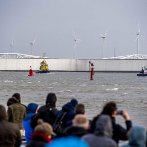 Uteliaat asukkaat kokoontuivat Rotterdamin edustalle 3. tammikuuta katsomaan, miten myrskyeste kestää vuoden ensimmäisen myrskyn.