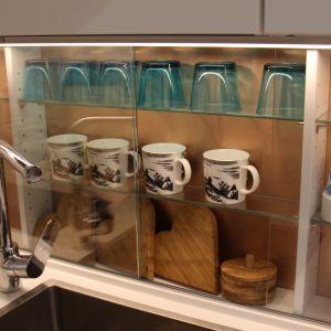 Kahvikuppeja vitriinissä