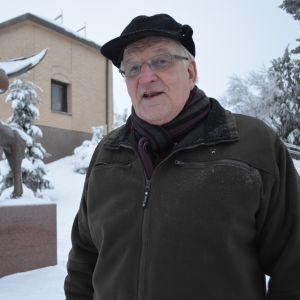 Antti Kiviniemi ja Antti Hutrin pronssinen hirvipatsas.