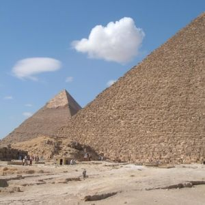 Kheopsin pyramidi ja sen takana Gizan muita pyramideja.