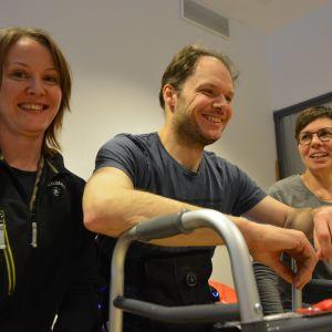 MS-tautia sairastava Kimmo Pöyhönen sekä fysioterapeutit Katri Pihlaja-Kuhna ja Elina Ala-Honkola ovat olleet tyytyväisiä uuteen kävelyrobottiin.