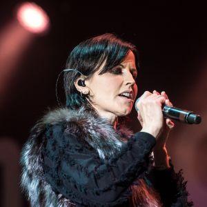 Kuvassa tummatukkainen laulajatar mikrofonin kanssa.