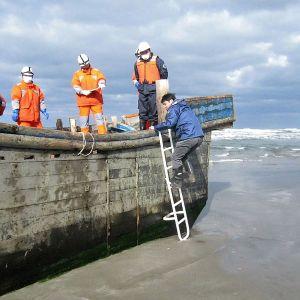 Japanin Ogan kaupungin rannikkovartiosto tutki aavealusta 27. lokakuuta 2017, josta löydettiin 8 ihmisen ruumiit.