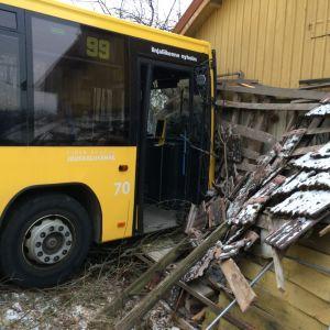 Linja-auto törmännyt rakennuksen seinään.