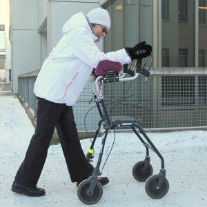 Nainen kulkee rollaattorin avulla