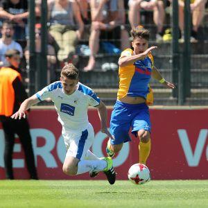 Eintracht Braunschweigin Berkant Güner kamppailee pallosta.