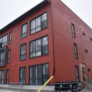 Rakenteilla oleva puukerrostalo Turun Linnanfältissä.