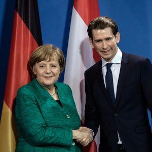 Merkel ja Kurz kättelevät.