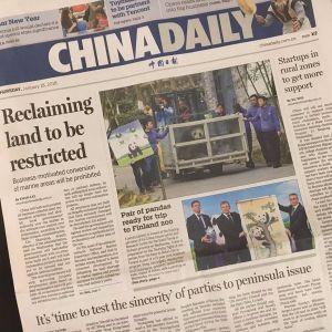 Kuva englanninkielisen China Daily -lehden etusivusta, jossa juttu ja kuva pandoista.