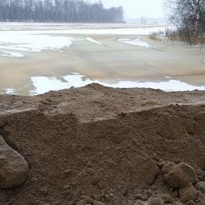 Huittislaista sikalaa suojataan tulvalta multapenkereellä 18.1.2018. Huittinen Kokemäenjoki