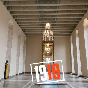 Eduskunnan valtiosali jonka päällä lukee vuosiluku 1918.