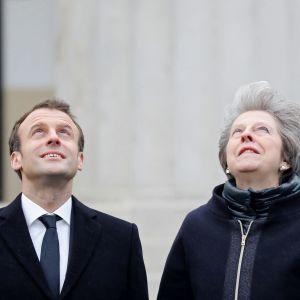Emmanuel Macron ja Theresa May seuraavat hävittäjien ylilentoa tervetuliaisseremoniassa Lontoossa.