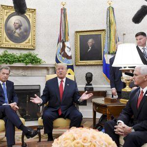 Presidentit Niinistö ja Trump Valkoisessa talossa.