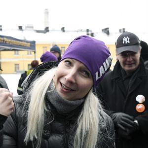 Laura Huhtasaari kampanjoi Narinkkatorilla Helsingissä.