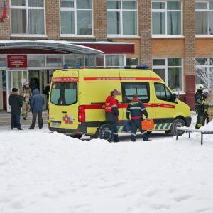 Ambulanssi koulun edessä Permissä Venäjällä.