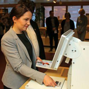 Opetusministeri Sanni Grahn-Laasonen (kok.) vihki Lapin korkeakoulukirjaston lainaamalla kirjan.