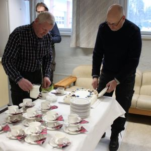 Pojan ojasta ja jäistä pelastaneille työmiehille tarjottiin kakkukahvit Kankaanpäässä.