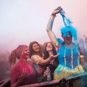 Nuorisoa värifestivaaleilla.
