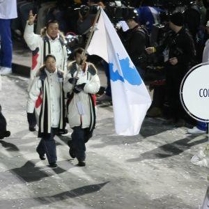 Pohjois- ja Etelä-Korean maajoukkueet marssivat yhdessä talviolympialaisten avajaisissa Torinossa 2006.