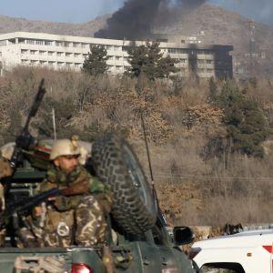 sotilaita ja hotelli joka savuaa