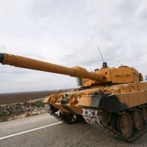 Turkin armeijan tankki tiellä.