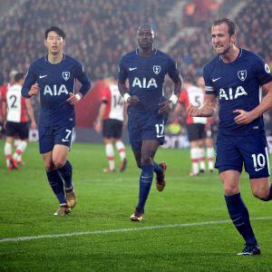Heung-Min Son, Moussa Sissoko ja Harry Kane juhlivat maalia.