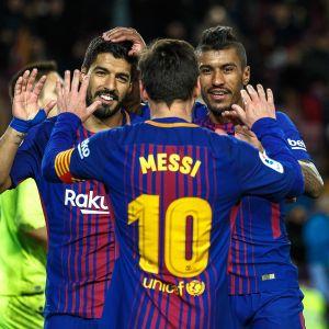 Luis Suarez, Lionel Messi ja Paulinho juhlivat Barcelonan maalia.