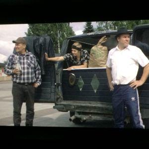 Muistoseurat-elokuvan kuvauksissa limousiini vaihtui edullisempaan kulkuneuvoon. Kuva otettu valkokankaalta.